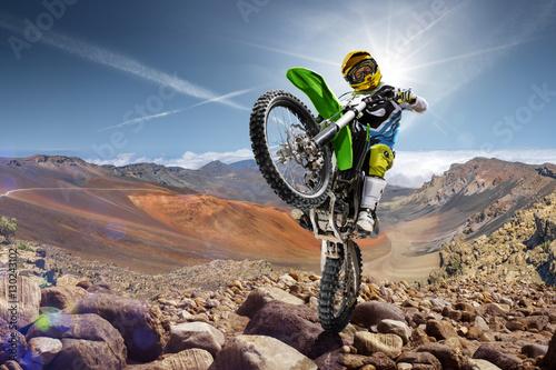 Plakat Zawodowy jeździec rowerowy robi wheely