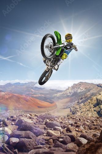 Plakat Brud jeździec rower latający wysoko na szczycie vulcan
