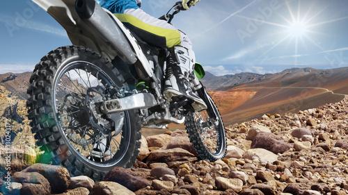 Plakat Profesjonalny rower dirtowy na szczycie wulkanu zbliżenie