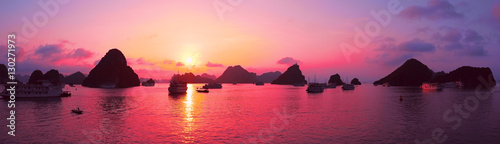 Tuinposter Lichtroze Pink sky, sunset. Panorama of Halong Bay, Vietnam