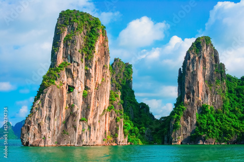 Foto  Scenic view of rock island in Halong Bay, Vietnam, Southeast Asia