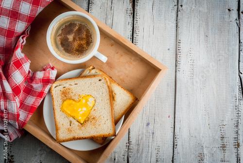 Fotografía  Idea for the celebration of Valentine's day: breakfast - toast with scrambled eg