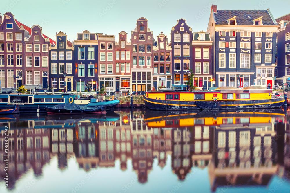 Fototapety, obrazy: Amsterdam z typowymi holenderskimi domami