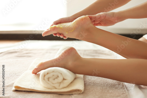 Poster Spa Spa concept. Hands massaging female feet with scrub