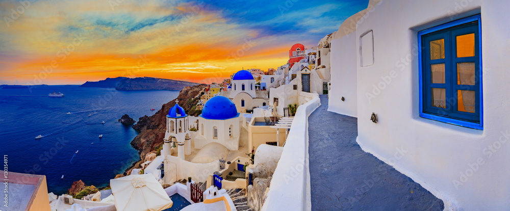 Fototapeta Amazing wide panorama sunset view with white houses on church wi