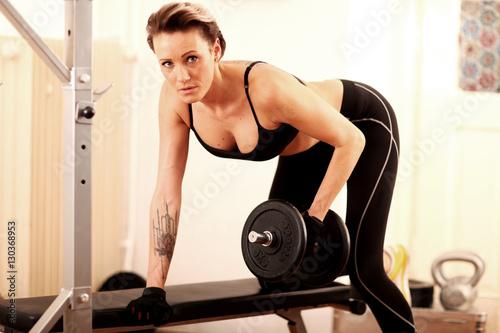 Fotobehang Fitness sportliche Frau beim Training im GYM
