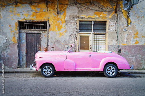 Photo  classic american car in street of havana, cuba