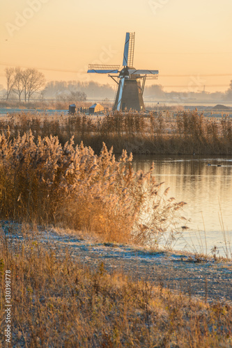 Photo  Lonely Dutch Windmill on a Cold winters morning