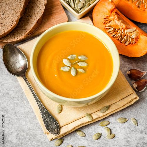 Photo  Pumpkin soup on gray stone background
