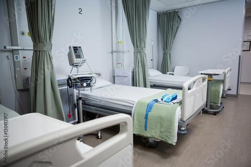 Fotografia  View of empty hospital beds in ward
