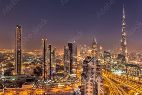 Photo  Night cityscape of Dubai with modern futuristic architecture , United Arab Emira