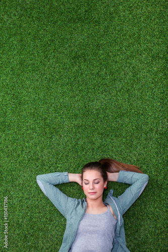 Photo  Relaxed woman lying on the grass