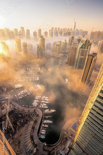 Photo  Dubai Marina is covered by early morning fog in Dubai, United Arab Emirates