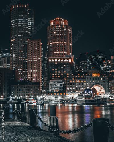 port-w-bostonie-i-nabrzeze-w-nocy