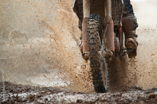 Cadres-photo bureau Motorise Motocross driver splashing mud on wet and muddy terrain
