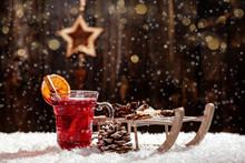 Weihnachtsstern Aus Holz. Grlühwein Und Schlitten Im Laternenlicht