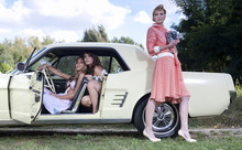 Frauengruppe Im Pin Up Retro Stil / Vintage Fashion Und Ein US Classic Car Oldtimer