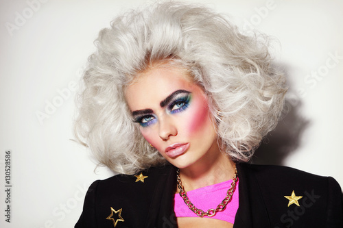 Photo  Portrait of young beautiful platinum blond woman with bold eyebrows and 80s styl