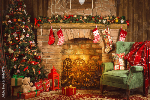 Cuadros en Lienzo Christmas room with fireplace, an armchair and a Christmas tree with gifts