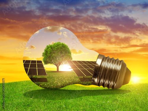 Zdjęcie XXL Energia słoneczna panel w żarówce przy zmierzchem. Pojęcie zrównoważonych zasobów.