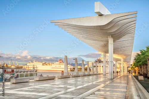 Photo  Pedestrian promenade in the port area of Malaga