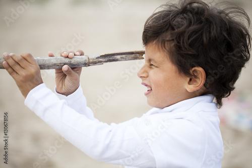 Fotografía  Niño con catalejo. Concepto de fantasía.
