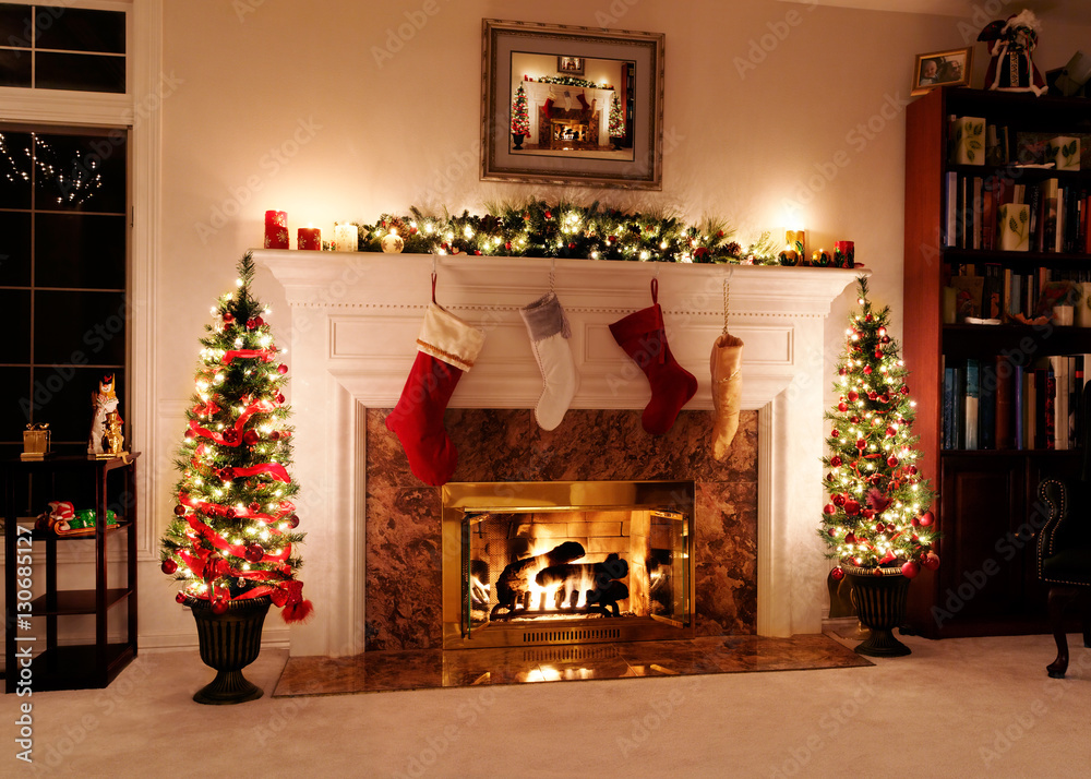 Fotografia Living room decked out for the Christmas holidays with trees, stockings and a wa