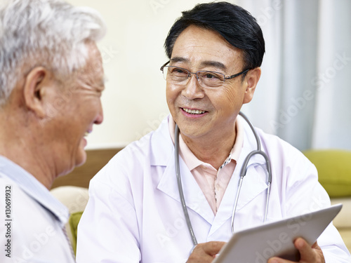 Photo  asian doctor talking to patient