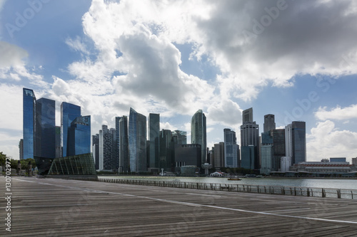 Photo  cityscape of group of CBD Singapore hight  towers in middle of the city