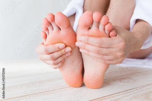 Femmes touchant la plante des pieds Tableau sur Toile