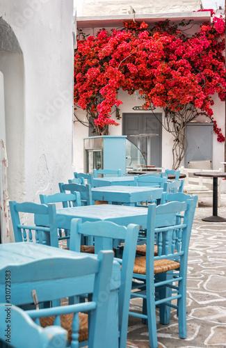 blekitne-krzesla-i-stoly-na-greckiej-wyspie-kimolos