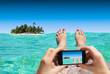 canvas print picture - Frau macht Foto mit Smartphone im Urlaub