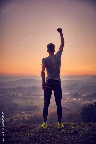 Valokuva Vittoria! ragazzo in montagna vincitore
