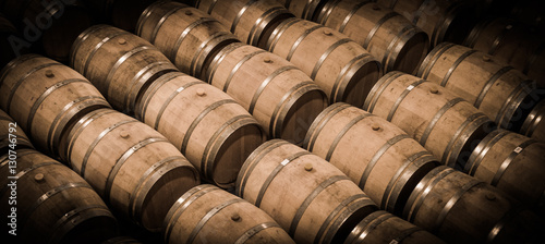 Fotografía  Barrels in Wine Cellar-Bordeaux Wineyard