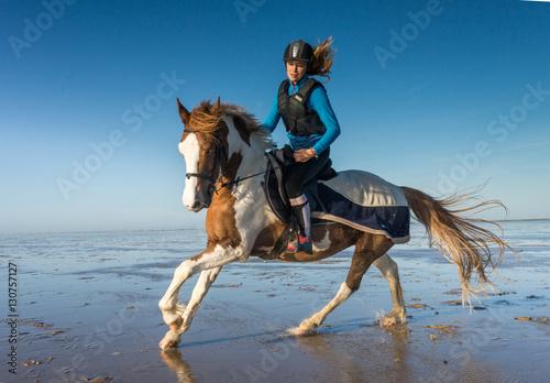 Valokuva  cavalière au galop sur la plage