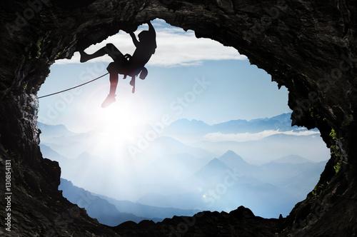 Spoed Foto op Canvas Alpinisme Bergsteiger im Hochgebirge an einem Höhlenausgang