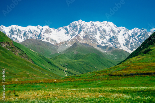 Montage in der Fensternische Grun Rocky Caucasus Mountains (Bezengi Wall, Shkhara) landscape in Ushguli, Svaneti, Georgia