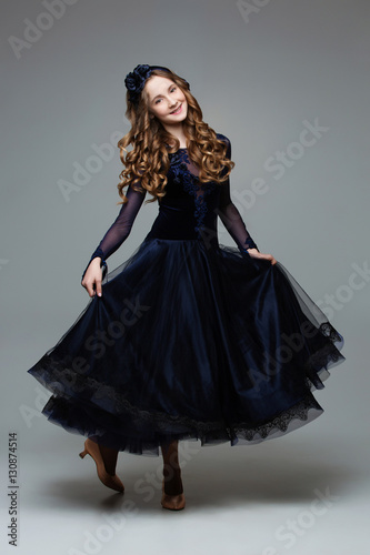 Foto Beautiful teenage ballroom dancer