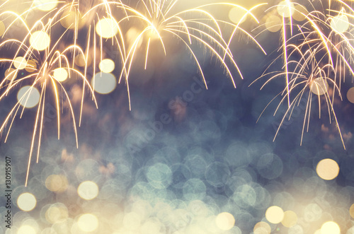 Photo Gold and green Fireworks and bokeh in New Year eve and copy space