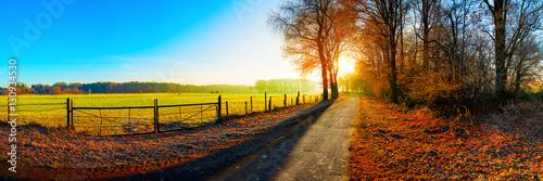 Landschaft im Herbst bei Sonnenaufgang