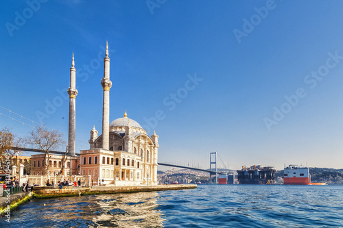 Carta da parati ISTANBUL, TURKEY: Tourists admiring the view of the Otrakoy Mosque in Istanbul,