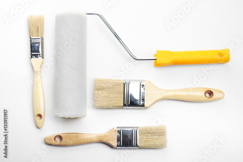 Fotografía  Painting roller and brushes on white textured background