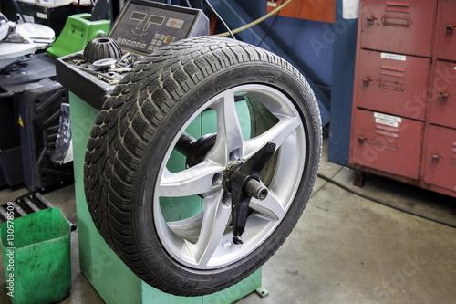 Fényképezés  Reifenwechsel in der Autowerkstatt