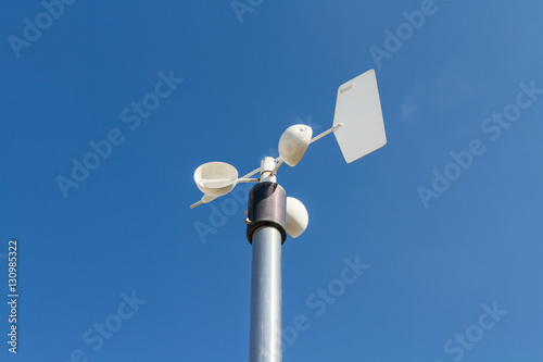 Photo Close up of the anemometer on top of the pole against the clear blue sky
