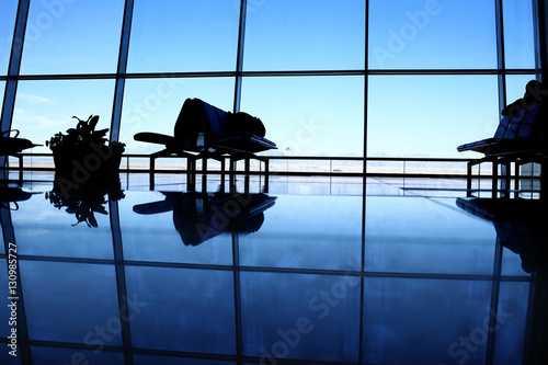 Photo sur Toile Aeroport Bench reflection in the airport