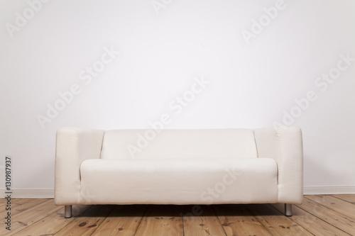 Sofa Ohne Kissen Und Weißer Wand