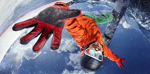 Tło sportowe. Sporty zimowe. Snowboarder skoki przez powietrze z głębokim błękitnym niebem w tle.