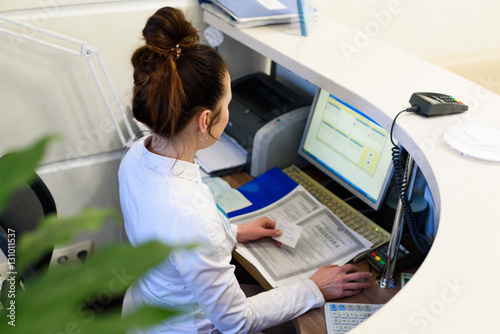 Cuadros en Lienzo Female receptionist working the computer