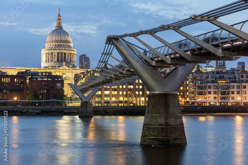 Foto  LONDON, ENGLAND - JUNE 17 2016: Night photo of Millennium Bridge and  St