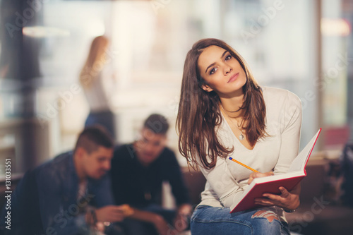 Foto  Beautiful young student with book, studying or preparing for exam